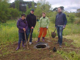 amigos del local plantando neumáticos